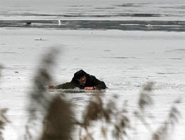 Если на ваших глазах человек провалился под лед