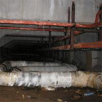 В подвале застрял бомж