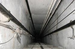 В шахте лифта нашли загадочный чемодан