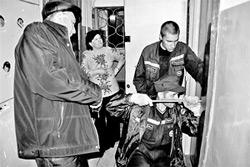 Спасатели вернули выгнанную бабушку обратно в квартиру
