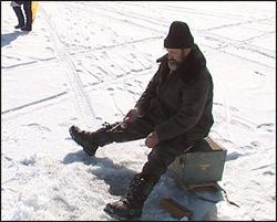Озерские спасатели эвакуировали пожилого любителя зимней рыбалки